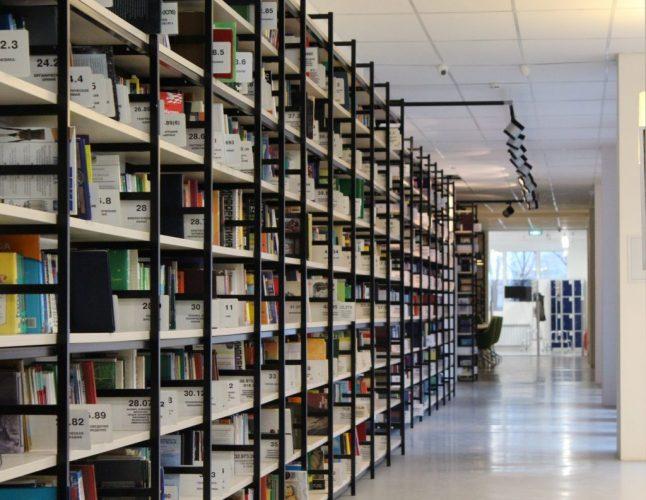 movistack-of-books-in-shelf-256559-1024x793